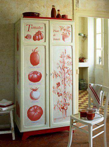 Une armoire décorée de tomates