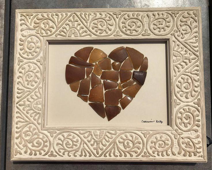 Este simple pero hermoso, pedazo de vidrio de arte de mar hace un gran regalo y podría ser la adición única perfecta para la decoración de tu casa!  Hecho de cristal genuino mar encontrado en las playas de New Jersey, esta pieza consta de 28 piezas de vidrio seleccionados mar marrón, dispuestos ordenadamente en un corazón de mosaico.  El marco de 10 1/4 x 8 1/2 es luz había tallada de madera marrón con remolinos diseños, añadiendo a la rusticidad de la pieza. Las piezas de vidrio ma...