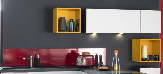 Crédence rouge de la cuisine équipée Unik pour une cuisine colorée au look assumé. Contraste avec le blanc #socooc #cuisine #cuisineéquipée #electro #électroménager #blanc #gris #implantation #aménagement #niches #rouge #couleurs