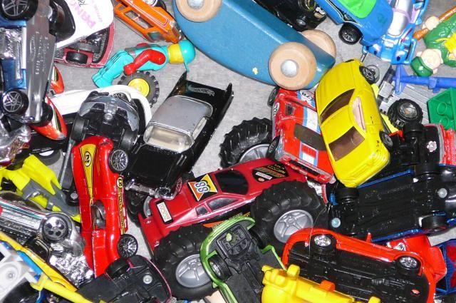 Com exceção das famílias muito carentes, quase toda criança tem brinquedos demais. É uma realidade de nossos tempos. O lado bom disso é que cada vez mais crianças têm acesso a brinquedos. Mas haja planeta e espaço em casa para tudo isso! Por isso a ordem do dia é reduzir, reutilizar, reciclar!