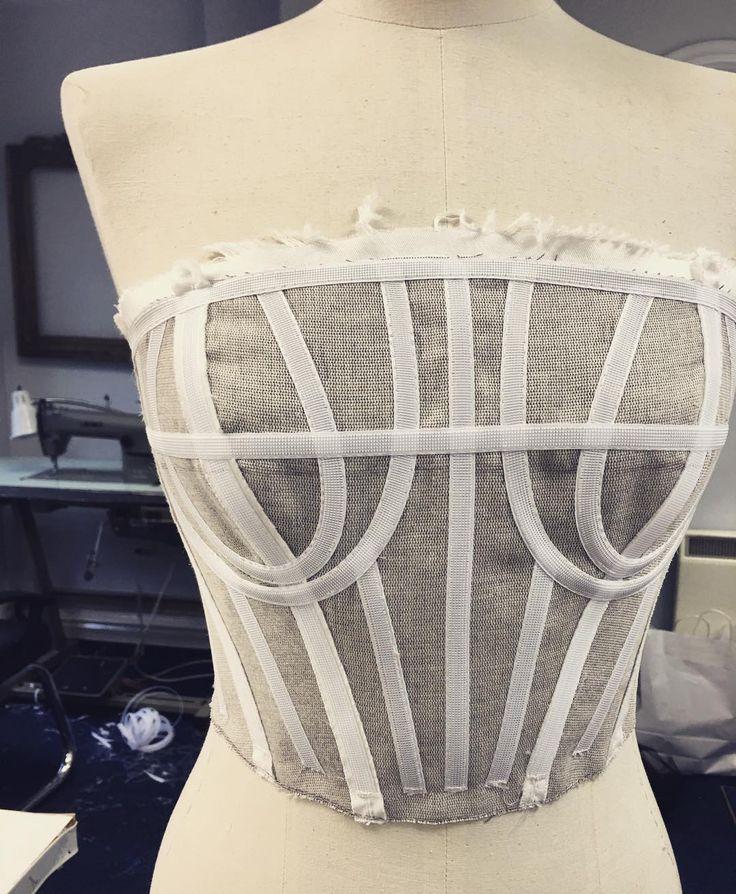Barbatanas flexíveis costuradas em um corset, costureiro.com.br