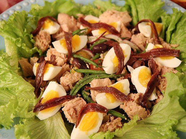 Fräsch tonfisksallad med haricots verts, ägg, sardeller och krämig senapsdressing. Servera med ett gott bröd.