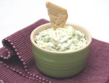 Für den Rucola-Aufstrich die Rucolablätter grob hacken. Topfen, Rucola, Knoblauchzehe, Salz und Pfeffer in eine Schüssel geben und mit dem Mixer