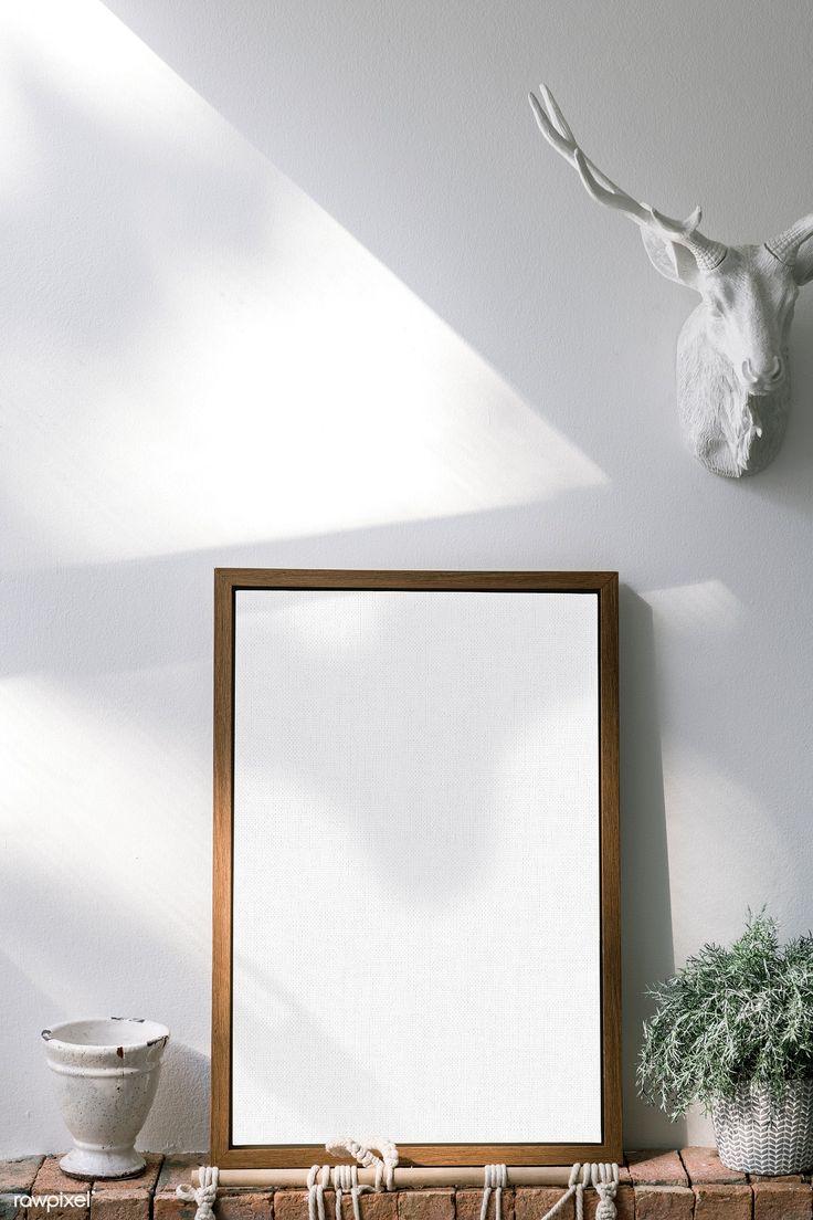 Laden Sie Premium-PSD des Modells eines Holzrahmens vor einer weißen Wand herunter 1210108