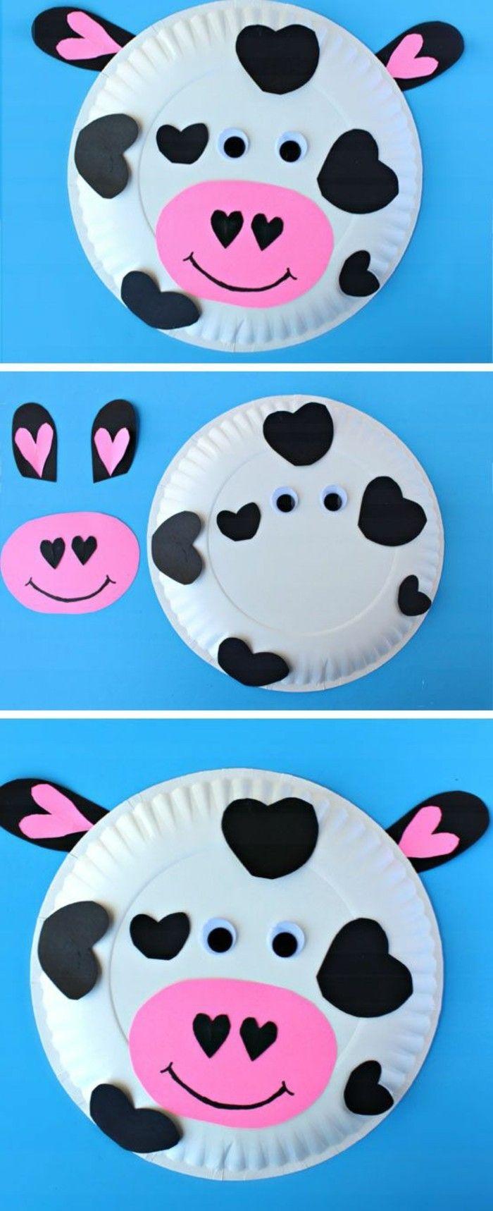 une assiette en papier transformée en vache à taches noires en papier, museau rose en papier, idée activité manuelle maternelle