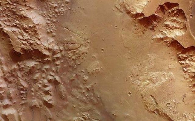 Scoperte tracce degli antichissimi flussi d'acqua ad Aurorae Chaos su Marte Immagini di Valles Marineris su Marte catturate dalla sonda spaziale Mars Express nel luglio 2015 sono state pubblicate dall'ESA mostrando tracce di antichissimi flussi d'acqua. #esa #marsexpress