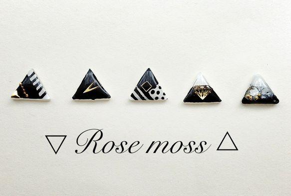 モノクロゴールドの高級感のあるピアスです。全て手描きですので、Rose mossのオリジナリティのあるデザインをお楽しみ頂けます。○素材  プラバン,レジン,...|ハンドメイド、手作り、手仕事品の通販・販売・購入ならCreema。