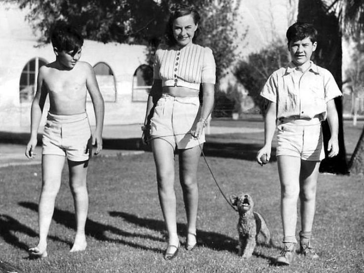 Paulette Goddard with Charlie Chaplin's sons Charlie Jr and Sydney: Chaplin Sons, Charli Chaplin, Chaplin Jr, Actresses Paulette, Charli Jr, Chaplin Boys, Charlie Chaplin, Sydney Chaplin, Charles Chaplin
