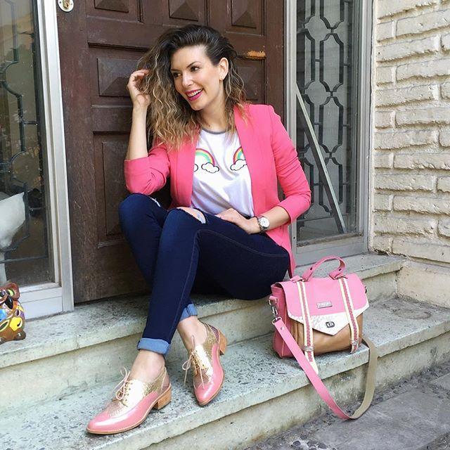 WEBSTA @ eugenialemosok - Arriba viernes 😀🙋🏼🎀 amigas les gustan mis zapatos rosados? 😍 me amarán Xq les tengo un súper dato 🙋🏼👉🏼 mi querida amiga y diseñadora @tienda_nhj  estará en @taconeras en el stand 103 con unos bellos zapatos y los mejores precios si van de mi parte 🎀 y como habrán visto me #cartera #bag #Rosada combina perfectamente y es de la Genia @antoniaagostibags