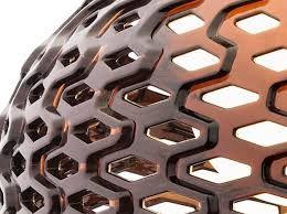 Tatou T1 de Flos. Lámpara de sobremesa de luz difusa. Difusor externo de policarbonato. Difusor interno de policarbonato opal estampado por inyección. Asta y base de apoyo de acero pintado. Diseño de Patricia Urquiola.