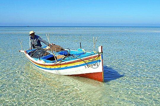 Avec120 000 habitants, dont la plupart vivent à Houmt Souk, la plus grande ville de l'île et sa capitale administrative, Djerba demeure majoritairementune zone rurale occupée par des villages d'origine berbère. Ici, retour de pêche à Cheikh Yahia. ©Nicolas Fauqué / www.imagesdetunisie.com