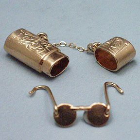 "Box charm, ""love is blind"" with glasses inside"