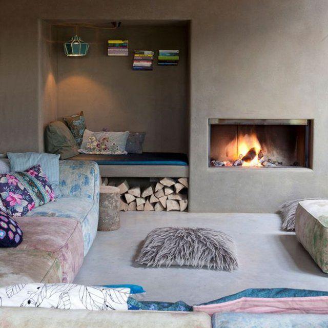 Un coin cheminée aux couleurs pastel et néanmoins chaleureuses