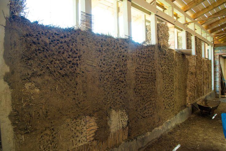 Untergrundvorbereitung bei Strohballen, mit verdünnte Lehmputz, dann in zwei Schichten 2-2,5cm