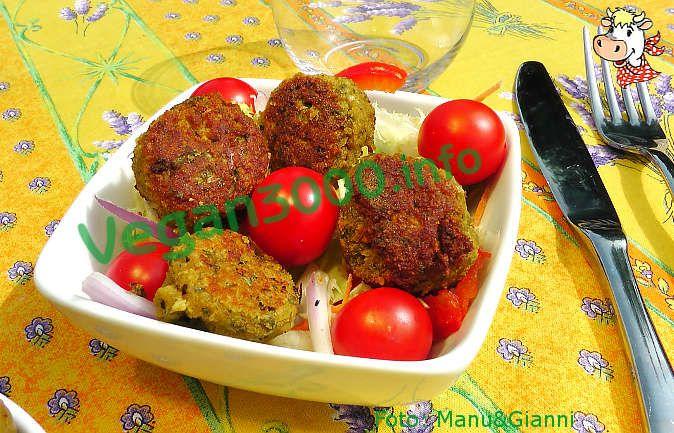 Ricetta vegan - Falafel (col trucco arabo): Per la preparazione dei falafel è indispensabile mettere i ceci in ammollo in acqua per minimo un giorno (24/36 ore). Una volta scolati bene i ceci (che non devono essere cotti), frullateli co