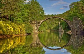 Rakotzsee / Kromlau (DE): Blick zur Rakotzbrücke Azaleen- und Rhododendronpark - Foto: Bernd Tanneberger