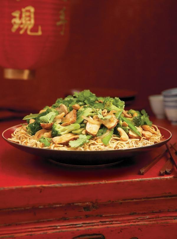 Recette de Ricardo: Nouilles croustillantes aux légumes et au porc. Recette asiatique avec du porc, des nouilles, du brocoli, des pois mange-tout, du gingembre...