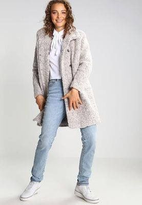 #basicstyle #trainers #jeans #coat #whiteblouse #outfit #zalando #clotify