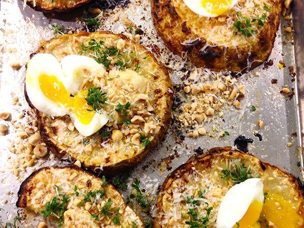 Rostad rotselleri med hasselnötsmajonnäs och ägg | Recept från Köket.se