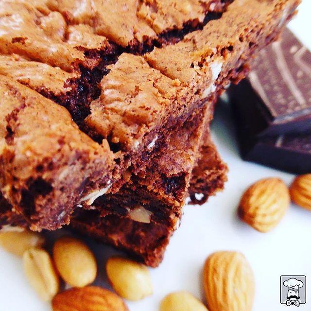 El verdadero brownie es una mercocha deliciosa de cacao y frutos secos. No es un queque. El coffee break ideal, el nuestro, acompaña el café de grano con mini brownies artesanales. Pura energía e inspiración. #Curauma #CuraumaCatering #Placilla #CoffeeBreak #Café #banquetería #catering #yummy #Valparaíso #ViñadelMar #brownie #gourmetchile #instacurauma #curaumacity