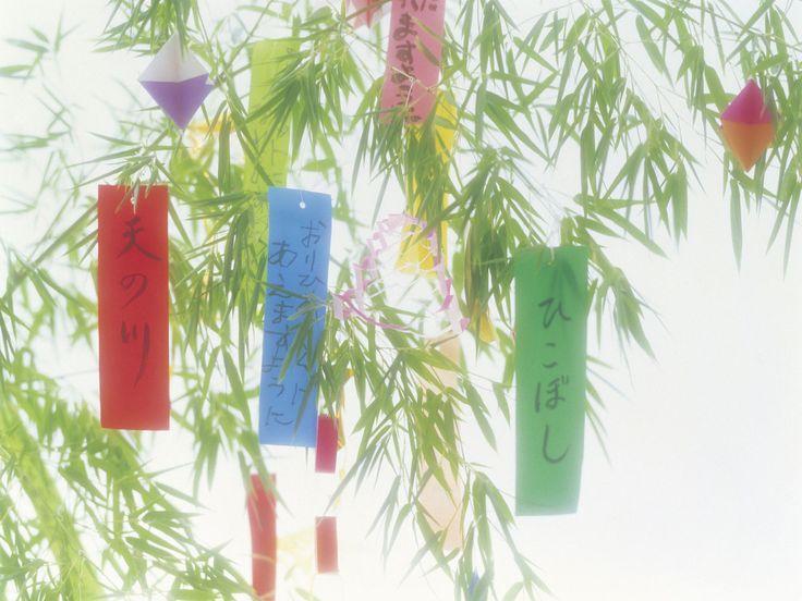 七夕といえば七夕飾り。そもそも、なぜ笹竹に飾りものをつるすのでしょう? 七夕飾りの意味は? 短冊の願い事で書いてはいけないことがあるってホント!? 七夕をもっと楽しむために、七夕飾りの由来を知っておきましょう。