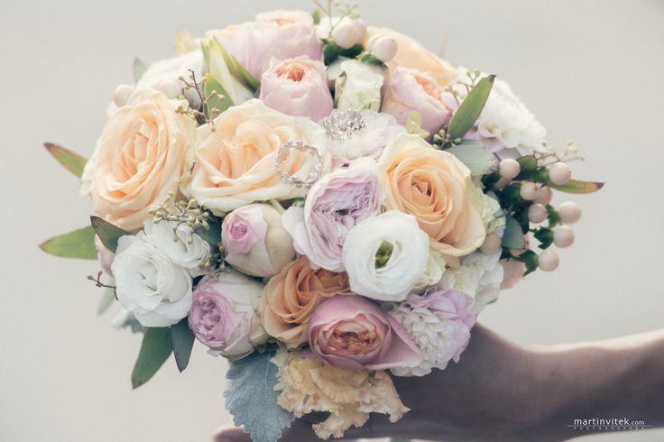 Pro Markétu a Honzu jsme připravili tuto krásnou svatební kytici a celou svatební výzdobu. Barevná kombinace lososová a růžová, doplněná o bílou.