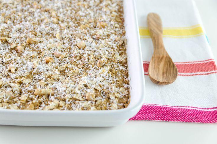 Avena al horno con toque de coco, canela y nueces. Receta paleo hecha con leche de arroz. Ideal para desayunar y muy fácil de preparar.