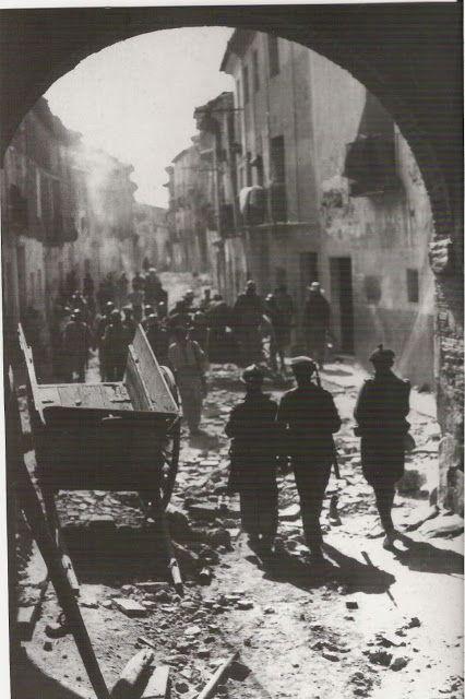Entrada por el arco de la villa a la Calle mayor de Belchite tras la batalla. Naturaleza Muerta: La batalla de Belchite ( I ) 1937