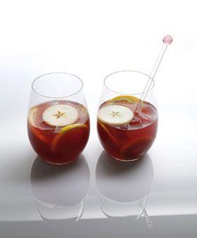 kirmizi-sarap-punch  Malzeme 6 kişilik 1 şişe tatlı kırmızı şarap veya arzu ettiğiniz bir şarap 1 kahve fincanı portakal vodka 2 limonun suyu 1 adet yeşil elma, dilimlenmiş 1 adet armut ,dilimlenmiş 1 su bardağı elma suyu 1 su bardağı portakal suyu 1,5 su bardağı fanta 4 yemek kaşığı esmer şeker 1 çay bardağı ananas suyu 2 adet yeşil limon ,dilimlenmiş 1 adet kivi ,dilimlenmiş 1 adet sarı limon ,dilimlenmiş buz