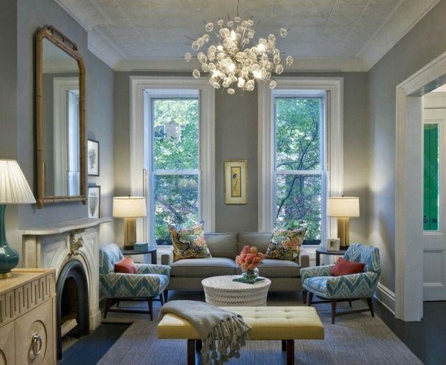 lustre élégant et mobilier en bleu clair de style classique dans le salon