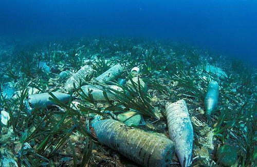 zwerfafval op de zeebodem