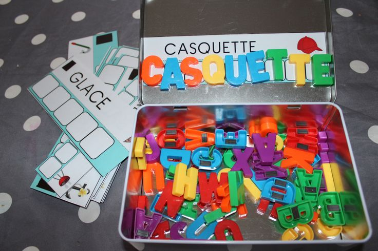 Voici une petite boîte qui peux vous sauver lorsque votre enfant doit être calme (au restau, chez le pédiatre…). Matériel : 1 boîte métallique (genre biscuit) une bande magnétique 1 paire de …