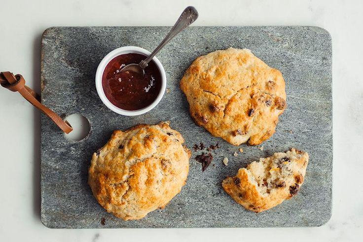 Grove scones med hasselnøtter, appelsin og kanel.