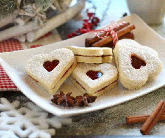 Mézeskalács, linzer, isler, diós kifli, puszedli és keksz - a karácsony elképzelhetetlen ezek nélkül az ínycsiklandó és ellenállhatatlan aprósütemények nélkül. Íme a 18 idei kedvencünk, sütésre fel!