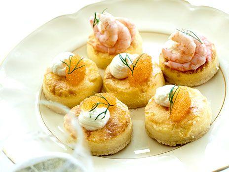 Gör små västerbottenostpajer istället för en stor. Toppa med löjrom och räkor. Recept från kokboken Taste by Louise.
