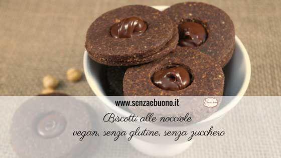 Una ricetta semplice, adatta a diabetici, celiaci e vegani: Biscotti alle nocciole e cacao ripieni di crema spalmabile dolcificata con stevia.