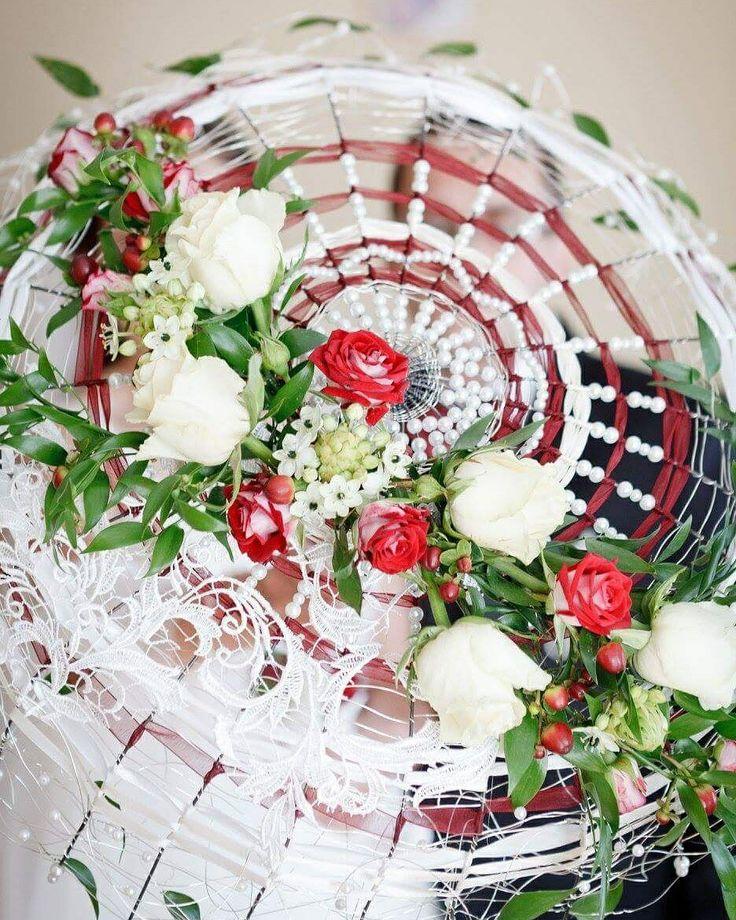umbrella bouquet 😉 Bukiet ślubny w kształcie parasolki - studio florystyczne Florees. Fot. Studio Skorpion