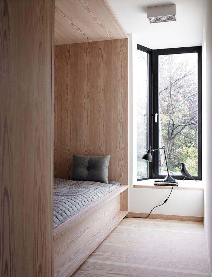 造作ベッドと出窓しかない超シンプルでコンパクトなベッドルーム                                                                                                                                                                                 もっと見る