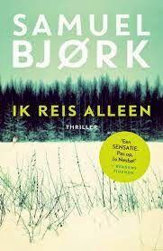 Op het Noorse platteland wordt een zesjarig meisje gevonden, met een springtouw opgeknoopt aan een boom. Ze draagt vreemde poppenkleren en er hangt een vliegtuiglabel om haar nek met de tekst IK REIS ALLEEN.