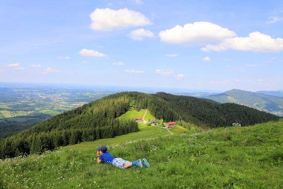 Familienwanderung auf die Gindelalm in der Nähe vom Schliersee. Mit den Kindern ging es den Berg rauf und es hat Riesenspass gemacht.