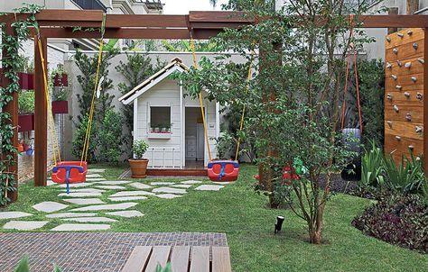 Um quintal pra filho nenhum botar defeito: ao fundo, a casinha de boneca tem telhas e piso de madeira de verdade. Do lado direito, ainda há ...