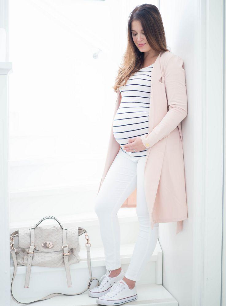 Raitapaita, valkoiset housut ja vaaleanpunainen neuletakki on raikas yhdistelmä kesään, olit sitten raskaana tai et!