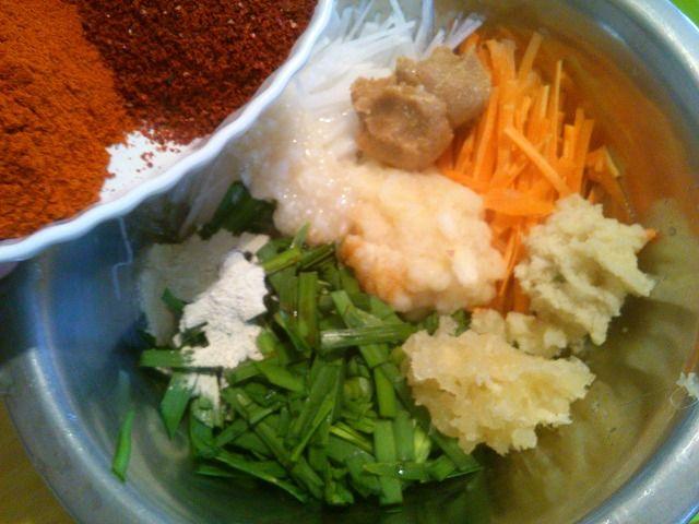 本場の韓国キムチは、つけだれの中にアミエビやイカの塩辛、牡蠣などの魚介が入っていますが・・・ 菜食レシピブログなので、すぐべジ!流に、動物性食材は一切ナシで、かつ簡単においしくできるレシピを考えました♪ 作る工程もできるだけ簡単に、塩抜きなどの作業をしなくてもいいようにしましたよ。 材料がたくさんなので、難しそうに見えるかもしれないけど、実は簡単。 きっとだれでもできると思います^^ エビやイカのアレルギーがある人も一緒に食べられますよ~☆