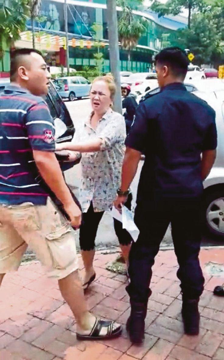 Lelaki serang anggota DBKL tak puas hati tayar kenderaan dikunci dipenjara 10 hari dan denda RM3000   Kuala Lumpur: Lelaki yang bertindak kasar dan mengeluarkan kata-kata kesat kepada seorang anggota penguat kuasa Dewan Bandar Raya Kuala Lumpur (DBKL) Isnin lalu dijatuhkan hukuman penjara 10 hari dan denda RM3000 oleh Mahkamah Majistret Jalan Duta di sini semalam.      Lelaki serang anggota DBKL tak puas hati tayar kenderaan dikunci dipenjara 10 hari dan denda RM3000      Ketua Polis Daerah…