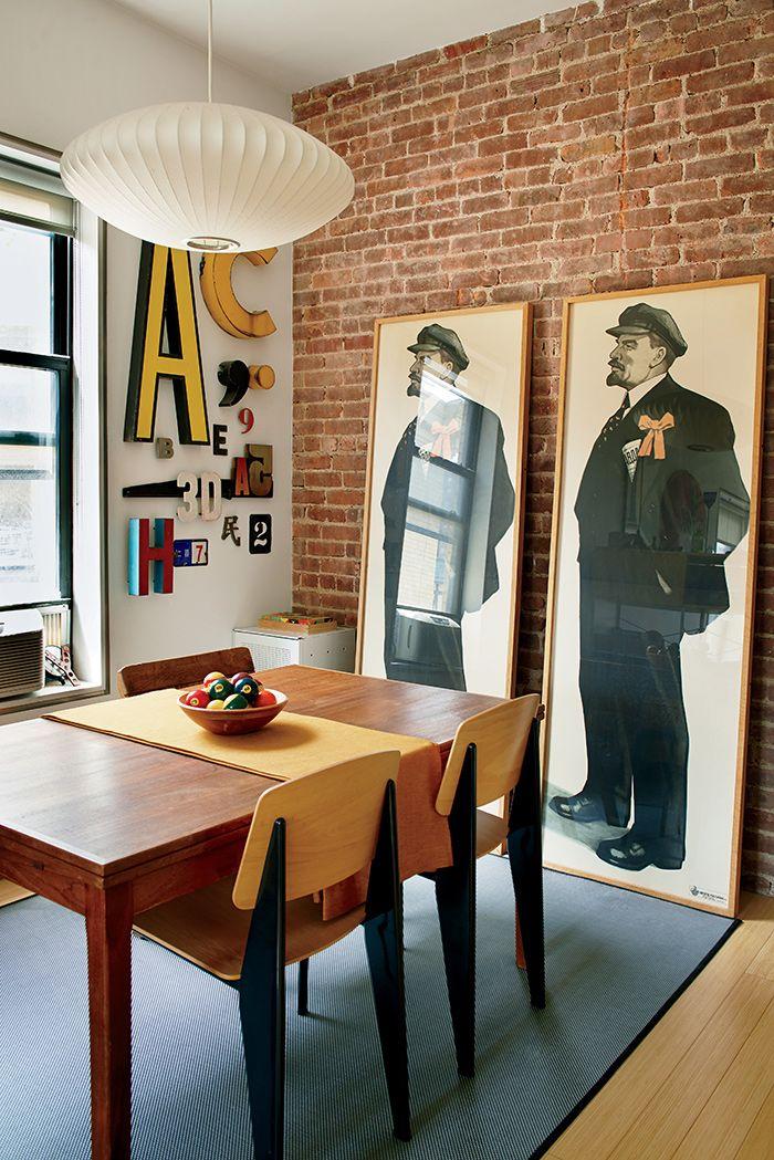 Loft à Manhattan avec mur en briques rouge et suspension Bubble par Georges Nelson