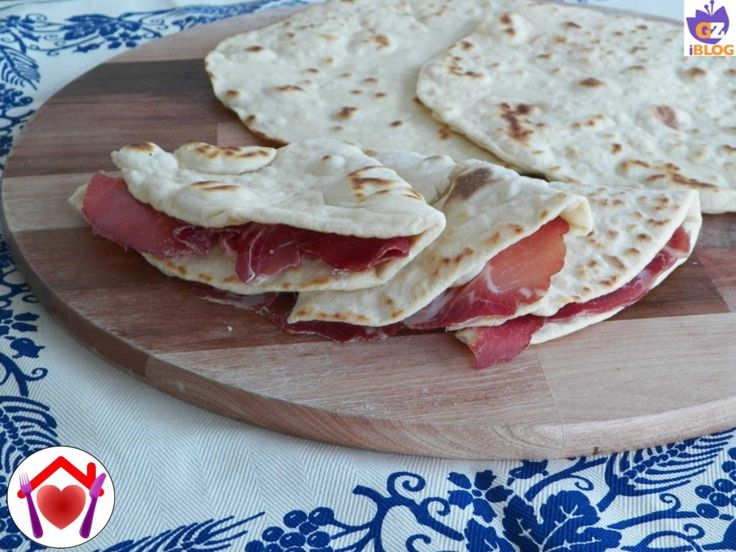 La piadina romagnola secondo l'antica tradizione: soffice e gustosa. Provate a farla anche voi: ve ne innamorerete!