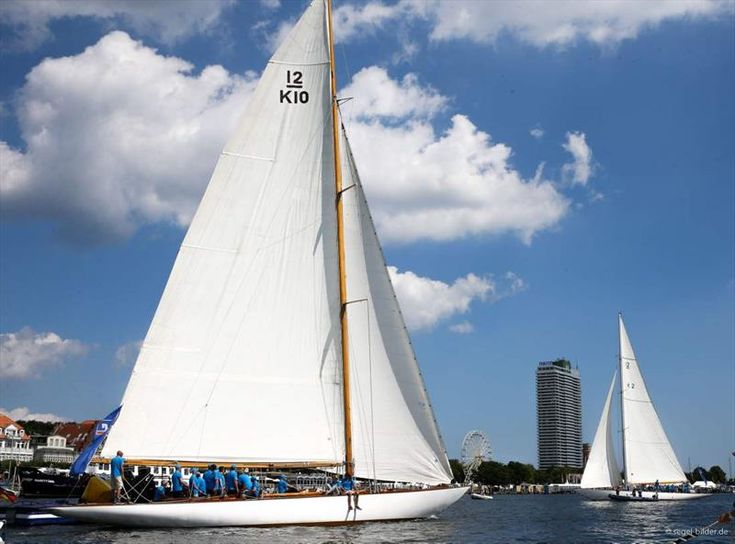 126th Travemünder Woche 2015 - The Volksbank Rotspon Cup will be held on the River Trave and historical boats that have already sailed in the America Cup will be sailed. The directors of Volksbank Lübeck, Dr Michael Brandt and Roger Pawellek, make up the teams. Spectators have the best view of the duel from the Trave promenade.