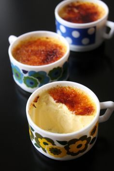 Petits pots de crème à la vanille très onctueux et très crémeux, façon crème brûlée.