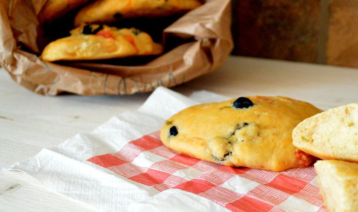 Pucce pugliesi di Benedetta Parodi - Le pucce pugliesi sono dei deliziosi panini arricchiti di pomodorini e olive. La ricetta è di Benedetta Parodi, il che è una garanzia di successo!    Potete servirle come accompagnamento ad un secondo piatto, tagliate a cubetti …