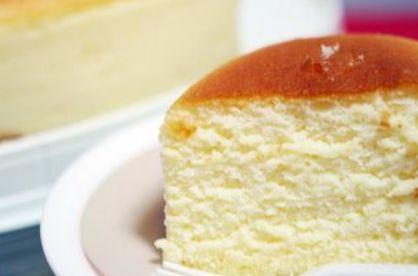 INGREDIENTES: * 250 gr de queso crema (puede ser ricotta o mascarpone) * 100 gr de mantequilla sin sal* 90 ml de leche fresca entera* 6 huevos, a temperatura ambiente - claras y yemas separadas* 1/4 cdta.de zumo de limón* 150 gr. de azúcar glass* 60 gr de harina de fuerza* 30 gr de maizena
